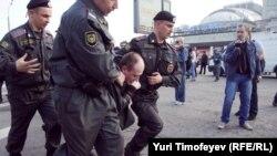Задержание одного из участников Марша миллионов 6 мая 2012 года