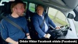 Orbán Viktor miniszterelnök autóval vitte városnéző túrára Chuck Norrist 2018-ban.