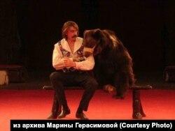 Дрессировщик Сергей Герасимов из Новосибирска во время выступления с медведем