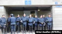 Милиция на ступенях Мариупольского районного суда