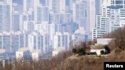 """Жанубий Корея армиясининг пойтахт Сеулга жойлаштирилган """"Patriot"""" ракета системаси."""
