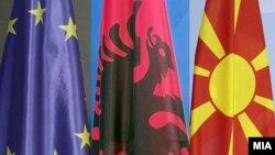 Flamuri i Bashkimit Evropian, Shqipërisë dhe Maqedonisë së Veriut.