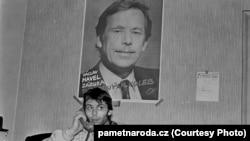 """Гавел стал символом """"бархатной"""" революции. Эта фотография сделана в студенческом клубе в 1989 году"""