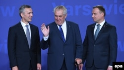 Генеральний секретар НАТО Єнс Столтенберг (ліворуч), президент Чехії Мілош Земан та президент Польщі Анджей Дуда (праворуч), 8 липня 2016 року