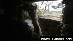 Архівне фото: український військовий на позиції біля села Широкина, що зазнало нині чергового обстрілу
