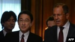 Глава МИД Японии Фумио Кишида и Сергей Лавров