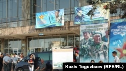 """Мобильный вербовочный пункт, развернутый на автовокзале """"Сайран"""". Алматы, 28 августа 2013 года."""