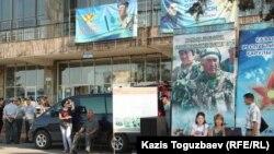 """Кәсіби әскер қатарына жалдайтын орын. """"Сайран"""" автовокзалы, Алматы, 28 тамыз 2013 жыл."""