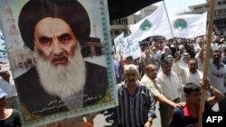شیعیان عراق در حال حمل پوستری از علی سیستانی