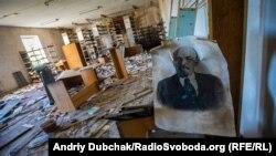 Разрушенная школа в Опытном