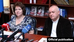 Armenia - Deputy parliament speaker Hermine Naghdalian and controversial Russian TV host Dmitry Kiselyov (R) at a meeting in Yerevan, 11Jun2014.
