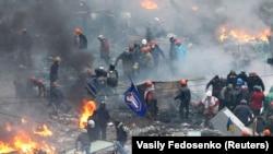 Участники антиправительственной демонстрации на баррикадах на Майдане Незалежности. Киев, 20 февраля 2014 года.