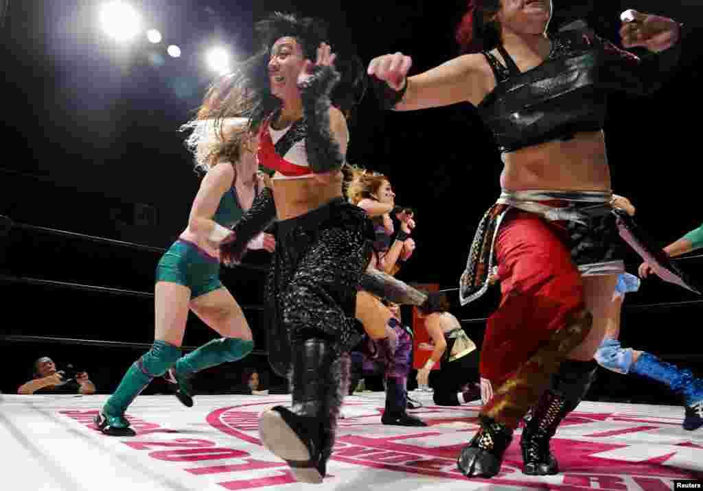 """По спортивным меркам """"труд"""" женщин-реслеров в Японии оплачивается недостаточно высоко."""