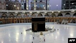 Несколько верующих у Каабаы в Большой мечети Меккы. 23 июня 2020 года.