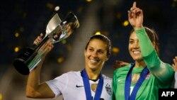 کارلی لوید (سمت چپ) و هوپ سولو، ستارگان تیم ملی فوتبال زنان آمریکا
