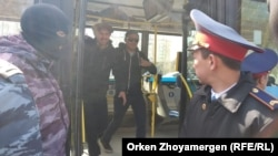 Автобус ішінде отырған адамдарды босатқан сәт. Нұр-Сұлтан, 1 мамыр 2019 жыл.