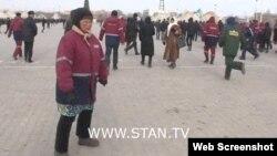Люди в рабочих спецовках на площади в Жанаозене. 16 декабря 2011 года. Скриншот с видеопортала «Стан.ТВ».