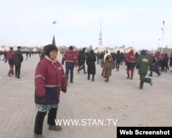 Люди в рабочих спецовках на площади в Жанаозене. 16 декабря 2011 года. Скриншот с видеопартала Стан.кз.