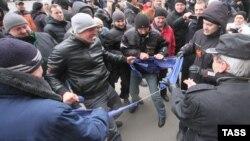 Demonstruesit në Harkov të Ukrainës e bëjnë copa-copa flamurin e Bashkimit Evropian