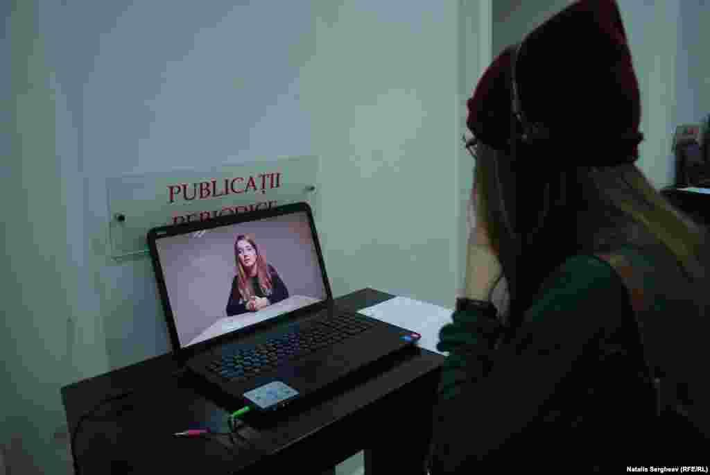 """""""La Datorie"""" este o instalație din două piese. Componenta vizuală este însoțită de una semantică, adică o serie de clipuri video în care câteva persoane explică ce înseamnă pentru ei noțiunea de datorie."""