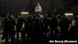Пристигналите след няколко часа полицейски подкрепления изведоха от Конгреса всички привърженици на Тръмп