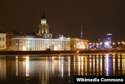 Вид на Кунсткамеру с Адмиралтейской набережной Санкт-Петербурга