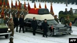خودروی حامل پیکر کیم جونگ-ایل، رهبر پیشین کره شمالی. ۲۸ دسامبر ۲۰۱۱.