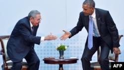 Куба президенті Рауль Кастро (сол жақта) мен АҚШ президенті Барак Обама.