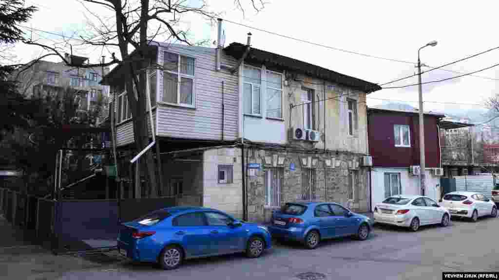 На вулиці Садовій також багато старих будинків. На деяких з них – сучасні прибудови