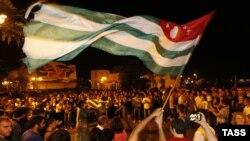 Это был третий такой момент стихийного единения и радости абхазов после 30 сентября 1993 года и 26 августа 2008 года, когда на площади Свободы в Сухуме отмечали признание независимости РА Россией
