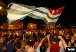 Сторонники Рауля Хаджимбы празднуют победу их кандидата на президентских выборах