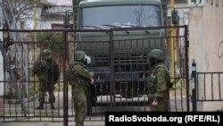 Российские военные на улицах Симферополя, март 2014 года