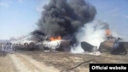 Вагоны-цистерны и вагоны с сухогрузом горят после схода с рельсов в Актюбинской области близ города Эмба, 30 июля 2015 года.