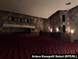 Salla e zbrazur në Teatrin Kombëtar.