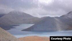 В озере Кель, в котором находится законсервированная урановая шахта, нет ничего живого, там не водится рыба, на расстоянии пятисот метров от берега не растет трава, там не садятся птицы
