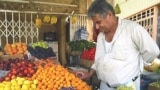 بائع خضر وفواكه في بغداد