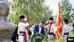 Премиерот Зоран Заев положи венци со свежо цвеќе на гробовите на претседателите Киро Глигоров и Борис Трајковски.