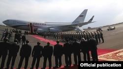 Самолет премьер-министра России совершает посадку в аэропорту «Звартноц», Ереван, 7 апреля 2016 г.