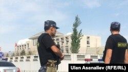 Кытай элчилинин алдындагы милиция кызматкерлери. 30-август, 2016-жыл