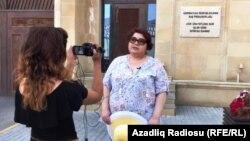 Xədicə İsmayıl prokurorluqda dindirildikdən sonra. 19 iyun 2017