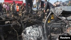 Ushtarët qeveritarë duke inspektuar në vendin e shpërthimit të sotëm në qytetin Tartous në Siri