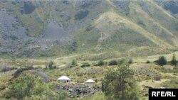 Юрточный городок в предгорьях Жунгарского Алатау. Июнь 2009 года.