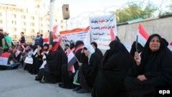 مردم بغداد روز گذشته نیز در حمایت از خواستههای مقتدی صدر در میدان آزادی بغداد دست به تحصن زدند