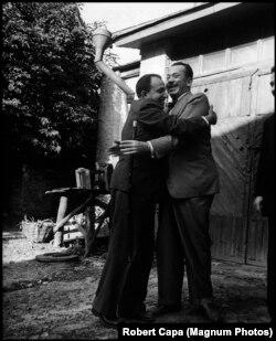 Джон Стейнбек (праворуч) обіймає голову Спілки письменників України, драматурга Олександра Корнійчука. Стейнбек гостював у Корнійчука, а МДБ отримало зміст розмов письменника. Фото: Роберт Капа / Magnum Photos