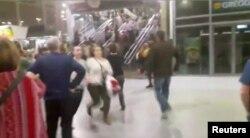 """Люди бегут в панике после взрыва в концертном зале """"Манчестер Арена"""""""