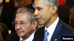 Рауль Кастро и Барак Обама перед открытием саммита в Панаме, 10 апреля 2015 г.
