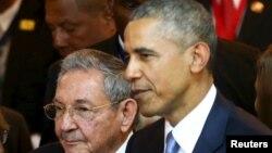 Panama, prezident Raul Kastro (Ç) amerikan kärdeşi Barak Obama bilen, 10-nji aprel, 2015 ý.