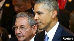 Raul Castro (solda) Barack Obama ilə Panamada Amerika sammitinin açılışında