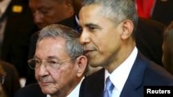 Президент Кубы Рауль Кастро и президент США Барак Обама на открытии саммита Америк. Панама 10 апреля 2015