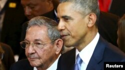 Куба мемлекеттік кеңесі төрағасы Рауль Кастро (сол жақта) және АҚШ президенті Барак Обама, Панама, 10 сәуір 2015 жыл.